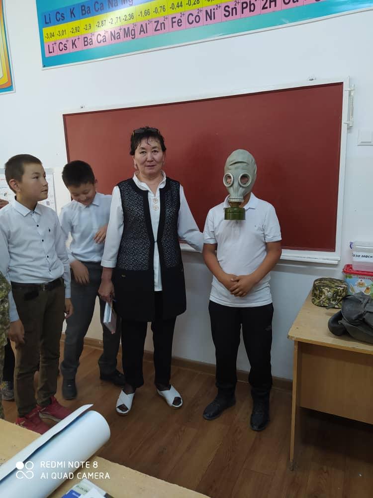 Жарандык коргонуунун адистерин даярдоо жана кайра даярдоо борбору окуучуларга сабактарын өтүп беришти